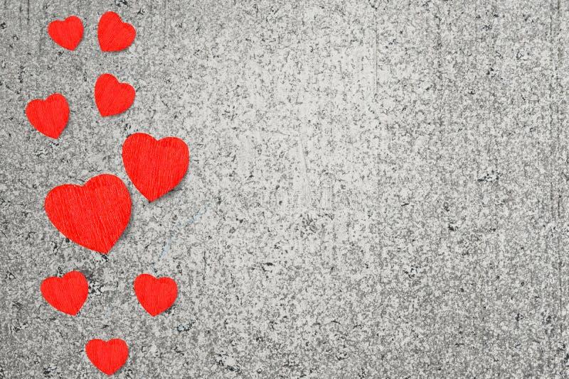 Rode houten harten op grijze cementachtergrond, feestelijke achtergrond stock fotografie