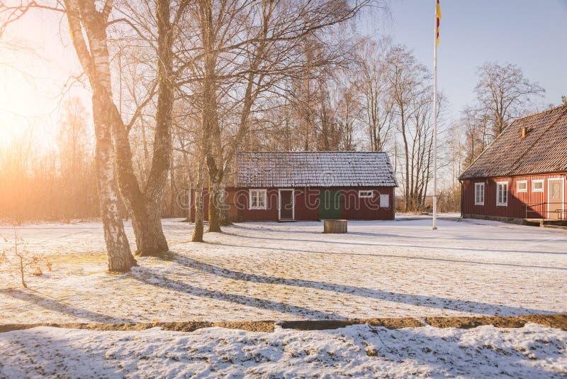 Rode houten landbouwbedrijfgebouwen stock afbeelding
