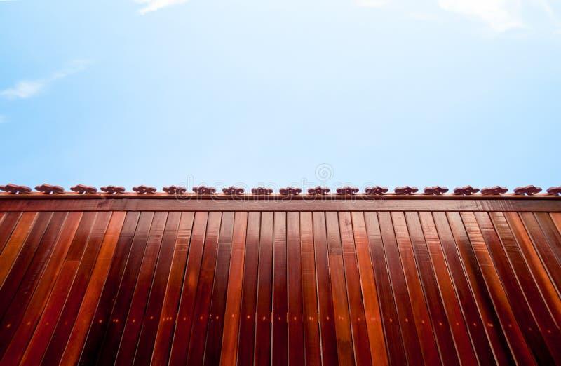 Rode houten lijst aangaande blauwe hemelachtergrond stock foto
