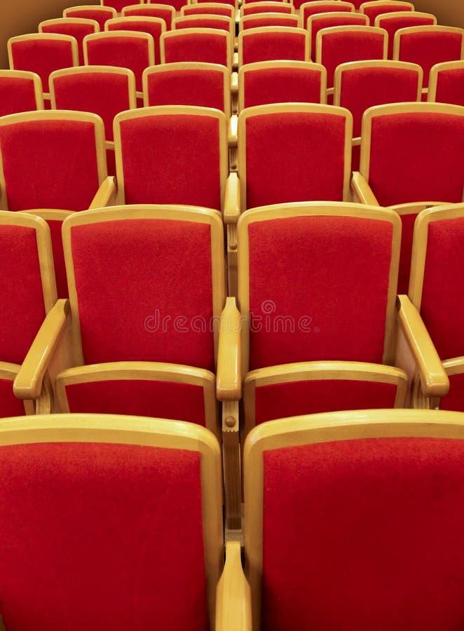 Download Rode Houten Stoelen In Het Auditorium Stock Foto - Afbeelding bestaande uit perspectief, houten: 29501674