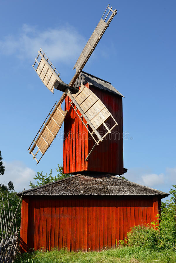 Rode houten windmolen royalty-vrije stock fotografie
