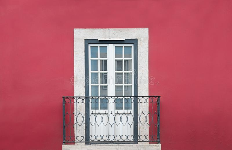 Rode huisvoorgevel met klein balkon en deur, ontworpen wit royalty-vrije stock afbeeldingen