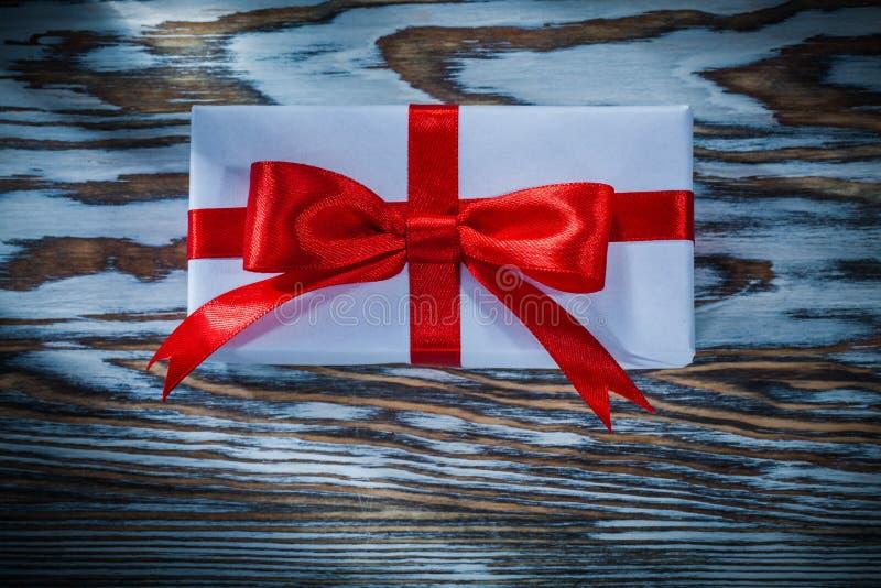 Rode ingepakte huidige doos op houten achtergrond stock afbeelding
