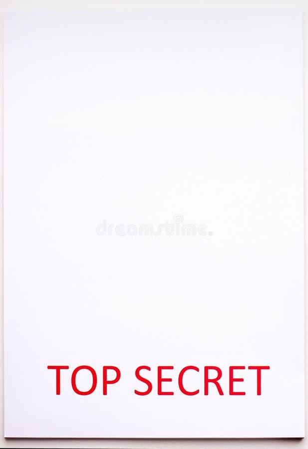 Rode inscriptie TOP SECRET op een wit vel Geheimen en samenzwering Archieven van documenten Financiële staten stock afbeelding