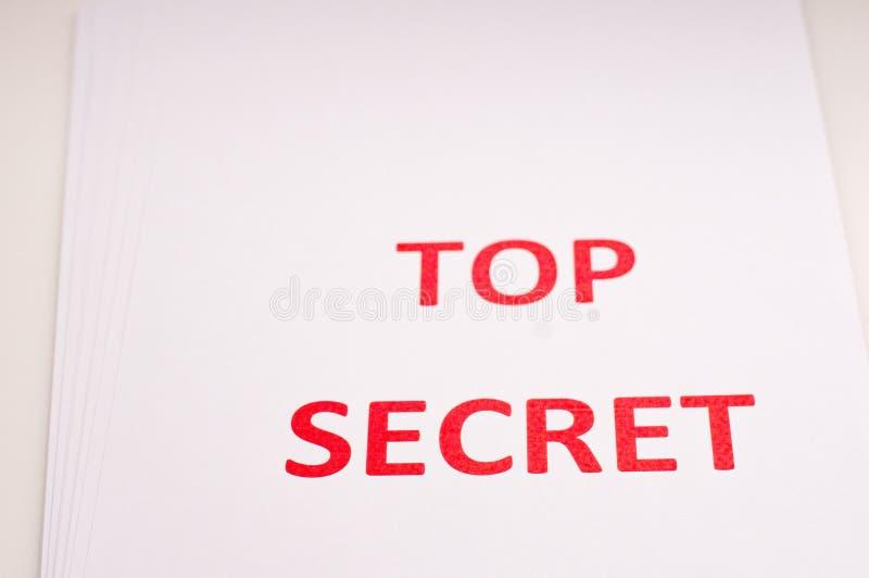 Rode inscriptie TOP SECRET op een wit vel Geheimen en samenzwering Archieven van documenten Financiële staten stock fotografie