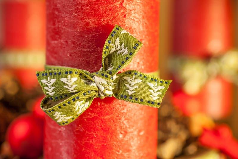 Rode kaars met groen lint royalty-vrije stock foto