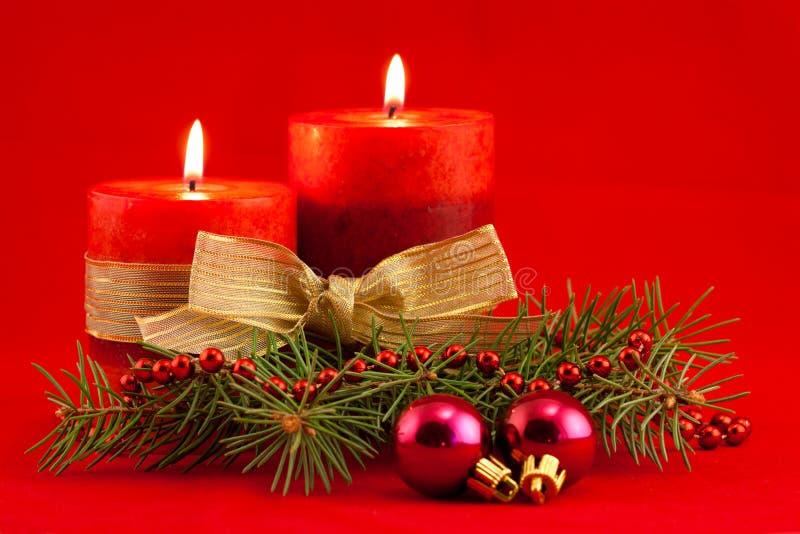 Rode kaars met Kerstmisboom stock fotografie
