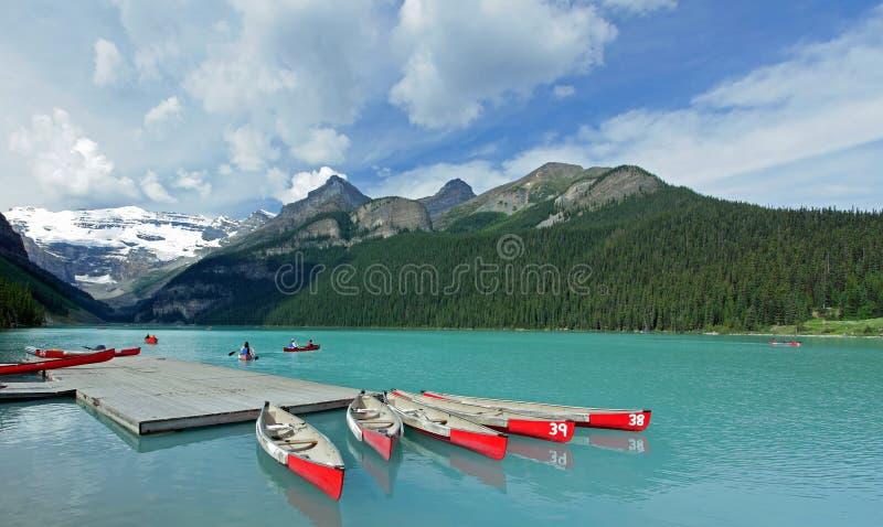 Rode Kano's op Meer Louise, Canada royalty-vrije stock fotografie