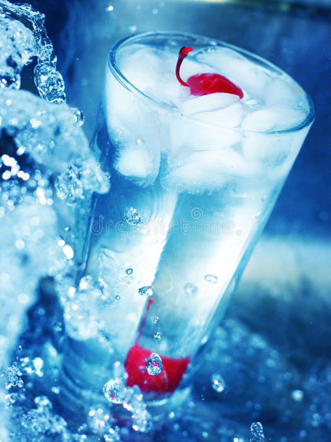 Rode kers in glas koel water 2 royalty-vrije stock afbeelding