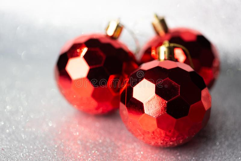 Rode kerstballen op glitter-achtergrond stock foto's