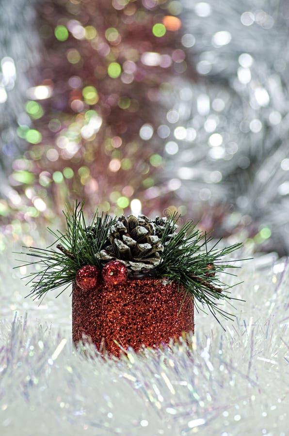 Rode Kerstmis van de giftdoos op de achtergrond van lovertjes royalty-vrije stock fotografie
