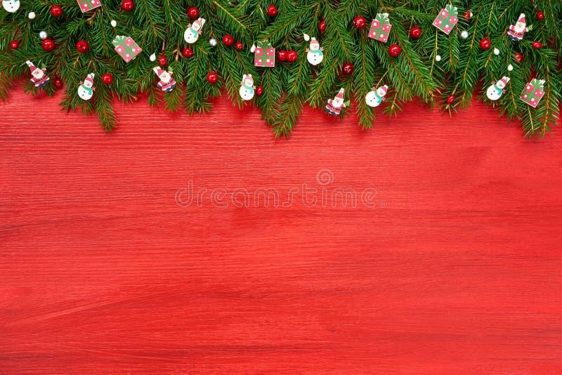 Rode Kerstmisachtergrond Kerstmisspar met decoratie op rode houten achtergrond royalty-vrije stock fotografie