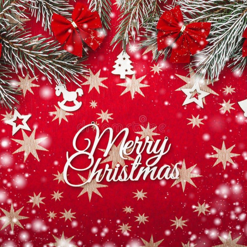 Rode Kerstmisachtergrond met sterren Spartakken met rode kommen Hoogste mening Sneeuweffect royalty-vrije stock foto