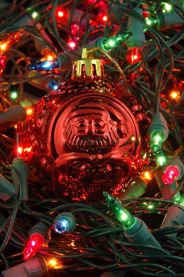 Rode Kerstmisbal in Kerstmislichten royalty-vrije stock afbeeldingen