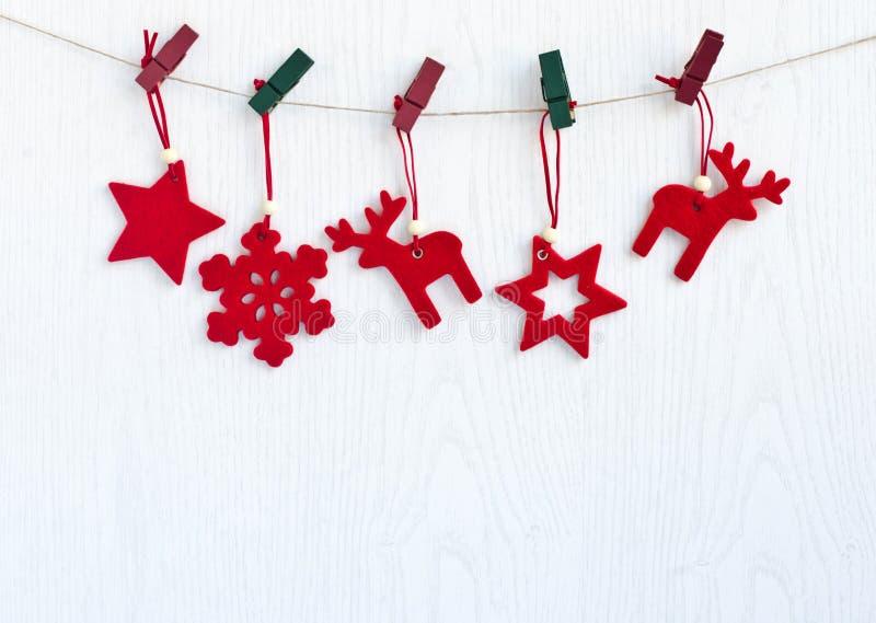Rode Kerstmisdecoratie die van een kabel hangen. stock foto