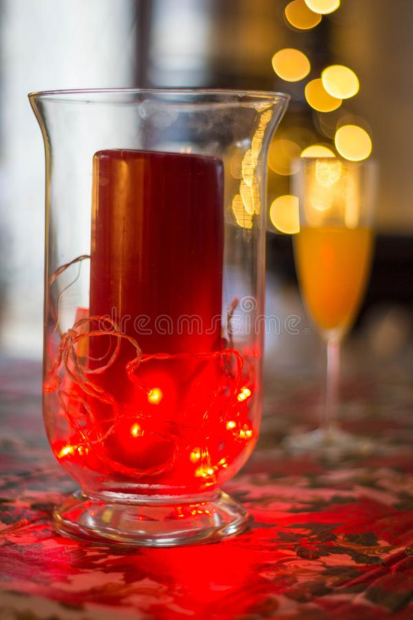 Rode Kerstmiskaars en Mimosa stock fotografie