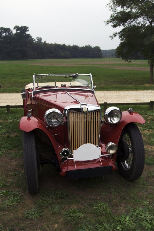 Rode klassieke auto royalty-vrije stock afbeeldingen