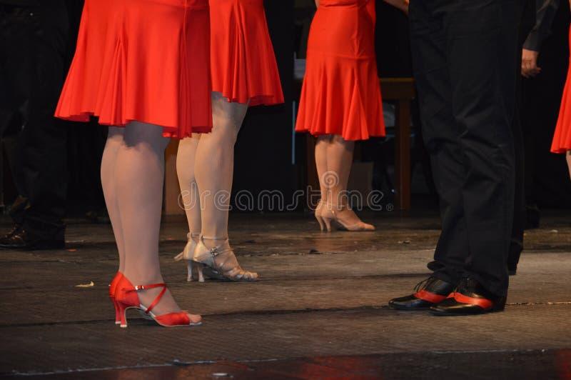 Rode kleding die op dansmuziek wachten stock fotografie