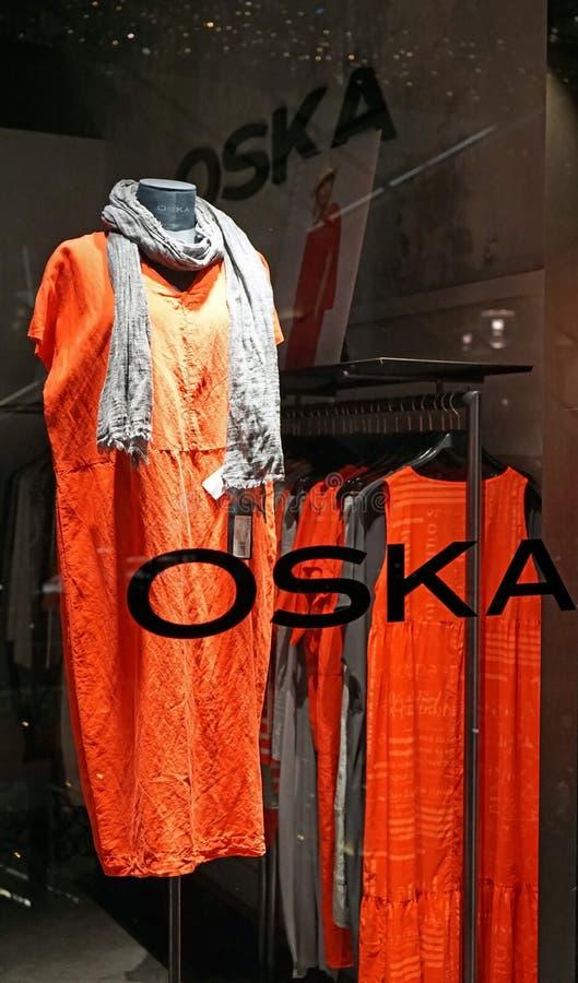 Rode kleding in OSKA-de vertoning van het opslagvenster binnen de Koningin Victoria Building stock foto's