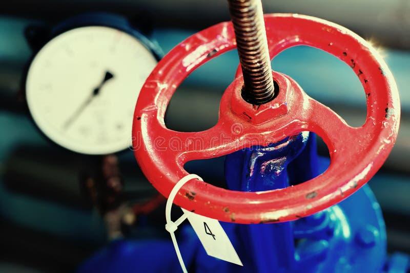 Rode klep en druksensor op de gas levering of het verwarmen pijp royalty-vrije stock afbeelding