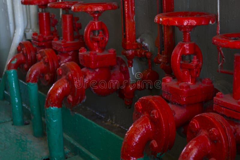 Rode klep op de groene pijp Klep met wielhandvat Industrieel Toestel stock foto's