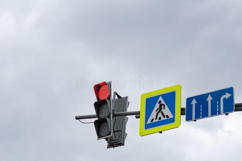 Rode kleur bij de verkeerslichten Teken van de voetgangersoversteekplaats stock afbeelding