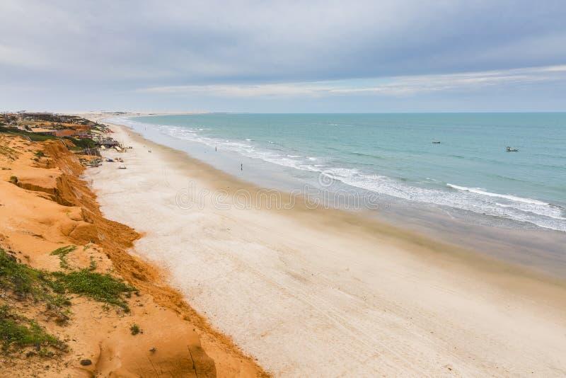 Rode klippen, strand en oceaan stock afbeelding