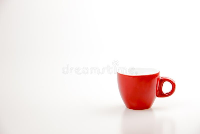 Rode koffiekop op de witte ruimte als achtergrond en exemplaar voor tekst of reclame, het Drinken concept, Liefdeconcept stock foto