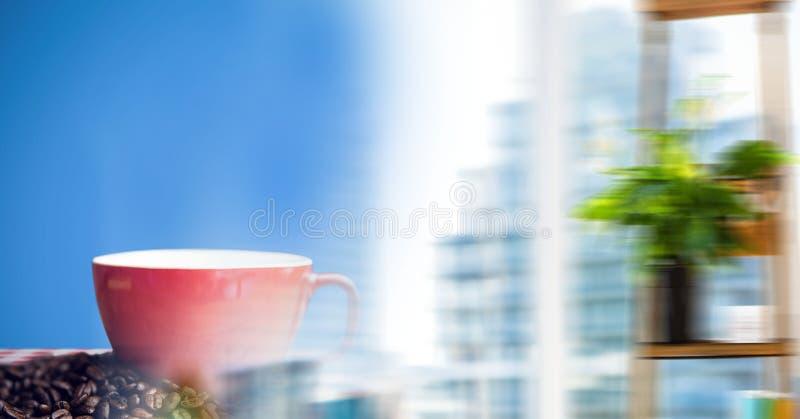 Rode koffiekop op rode en witte lijstdoek met bonen tegen blauwe achtergrond en onscherpe venstertra royalty-vrije stock fotografie