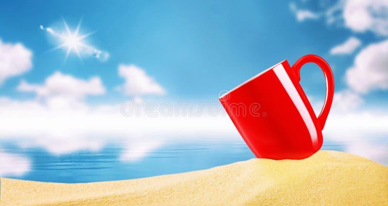 Rode koffiekop op strandzand over onscherpe blauwe hemel met wolken royalty-vrije stock afbeeldingen