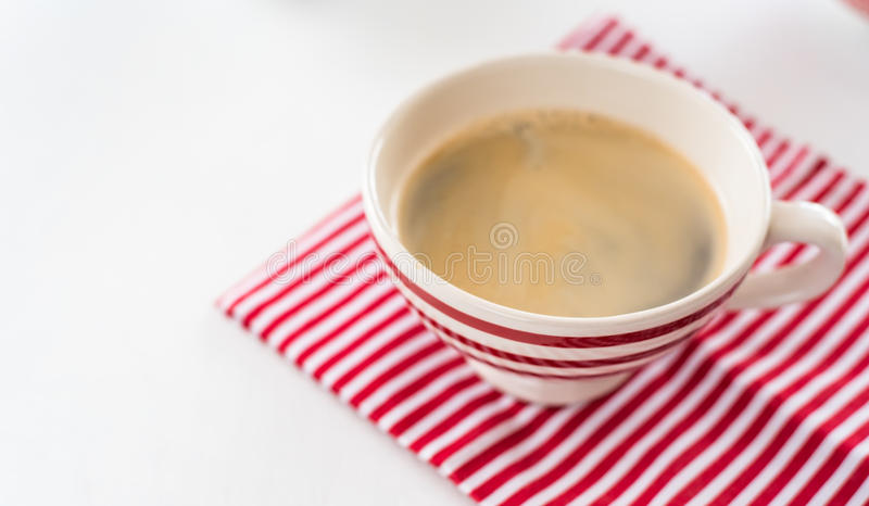 Rode koffiekop over handdoek van keuken de rode stroken Mening van hierboven Op witte achtergrond royalty-vrije stock foto