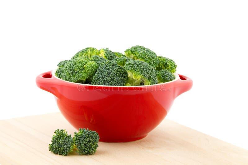 Rode kom met broccoli stock afbeeldingen
