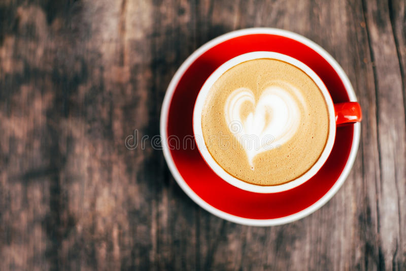 Rode kop van cappucino met mooi latteart. stock fotografie