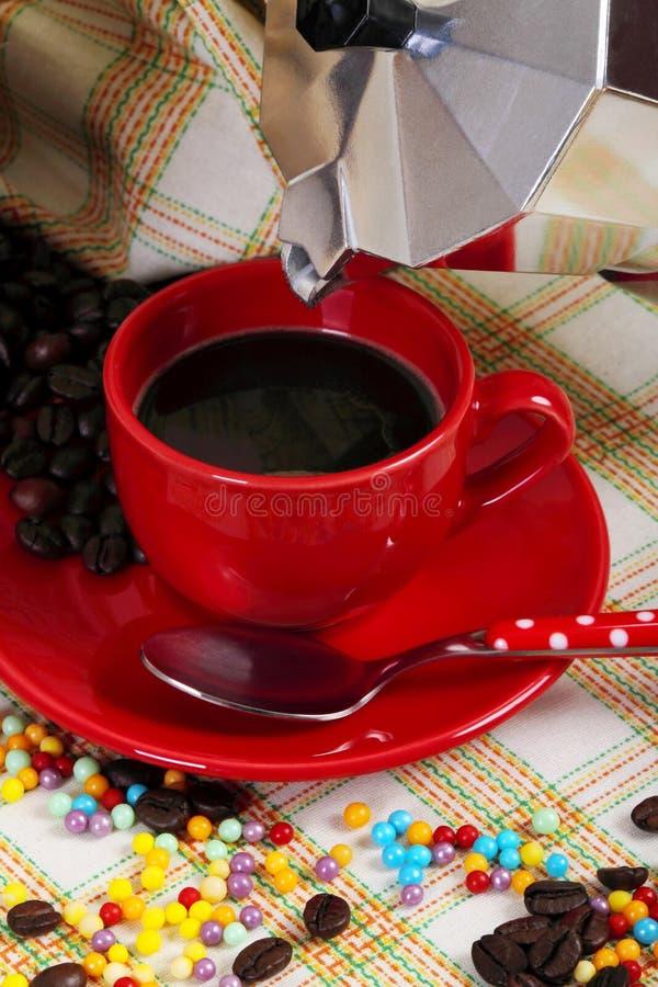 Rode kop van koffie met koffiezetapparaat royalty-vrije stock afbeeldingen