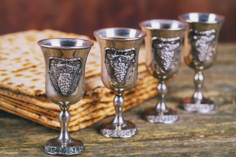 Rode kosjer wijn vier van matzah of matzapascha Haggadah op een uitstekende houten achtergrond royalty-vrije stock foto