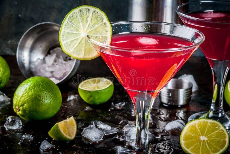 Rode kosmopolitische cocktail met kalk stock foto's