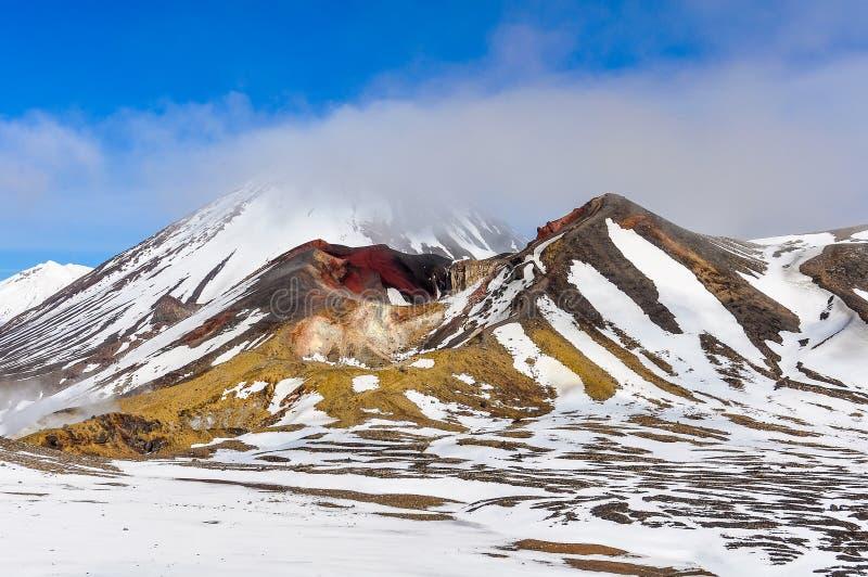 Rode Krater in wolk in het Nationale Park van Tongariro, Nieuw Zeeland stock foto's