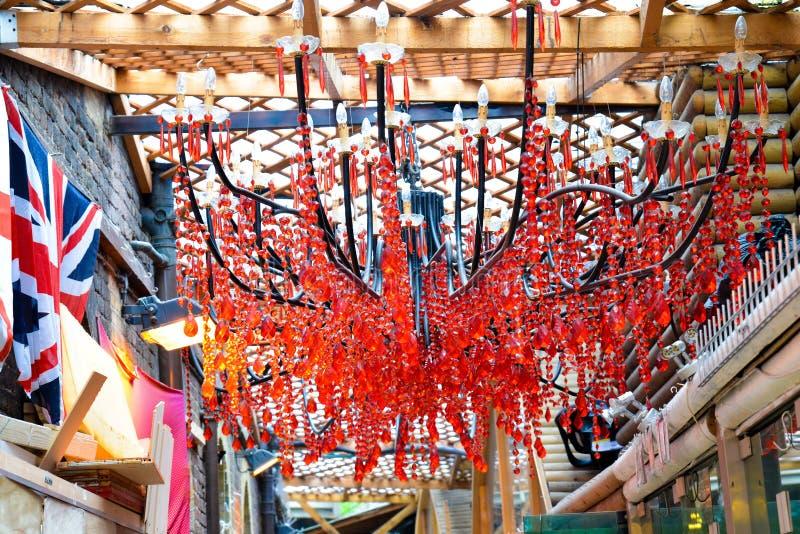 Rode kristallenkroonluchter stock afbeelding