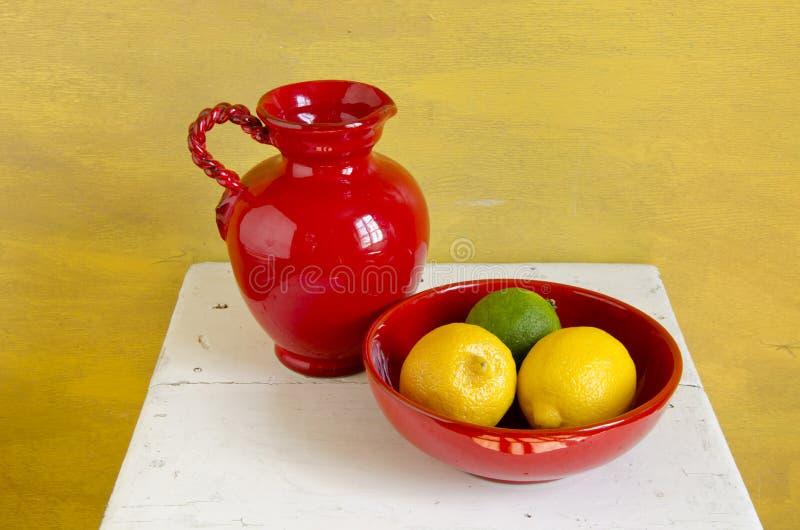 Download Rode Kruik En Vaas Met Citroenvruchten Stock Afbeelding - Afbeelding bestaande uit groen, vaas: 39117699