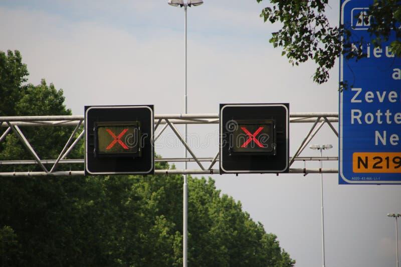 Rode kruisen boven gesloten drijfdiestegen op Weg A20 bij het hol IJssel van Nieuwerkerk aan, voor onderhoud worden gesloten royalty-vrije stock afbeelding