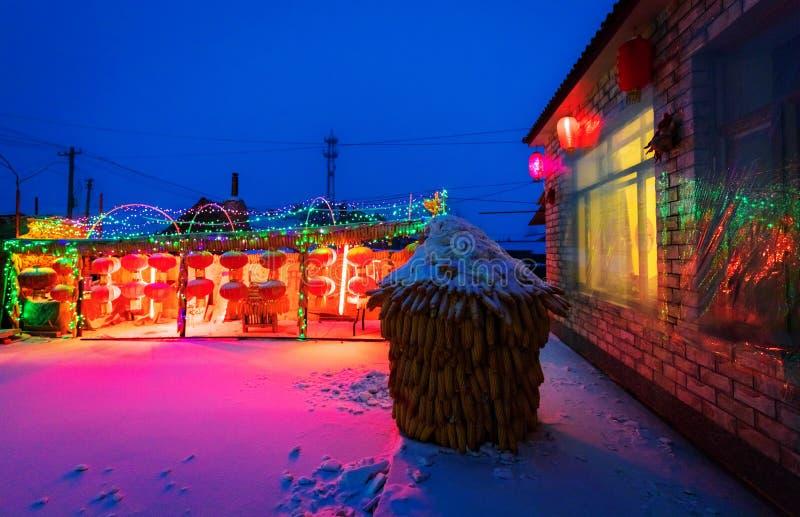 Rode lampen en artistieke die lichten in een yard van het land worden verfraaid royalty-vrije stock foto's