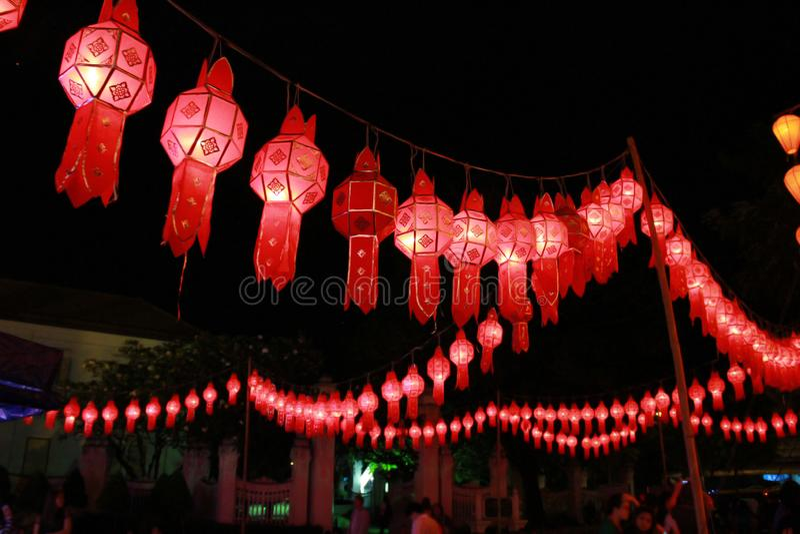 Rode Lanna-lantaarnlamp in Loy Kratong Festival, of vraag Yee Peng Festival bij noordelijk van Thailand stock foto's