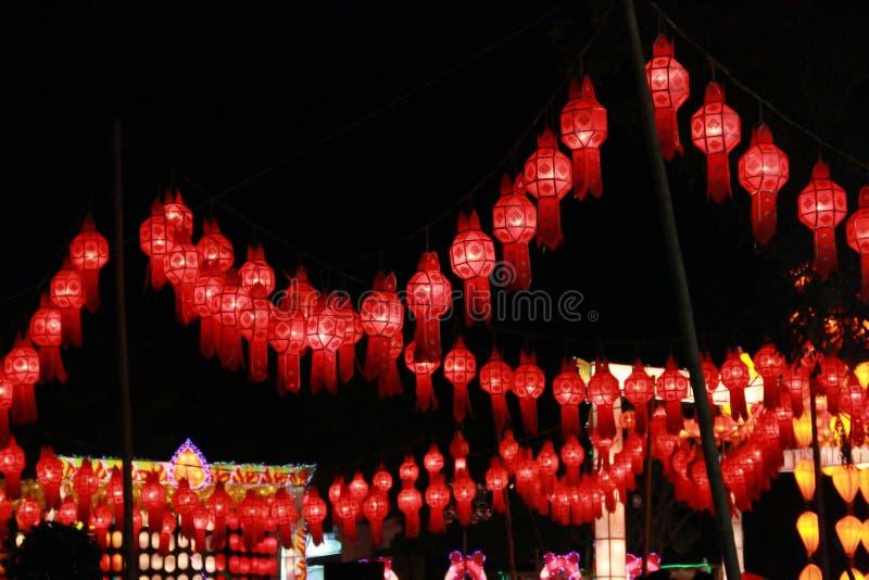 Rode Lanna-lantaarnlamp in Loy Kratong Festival, of vraag Yee Peng Festival bij noordelijk van Thailand royalty-vrije stock fotografie
