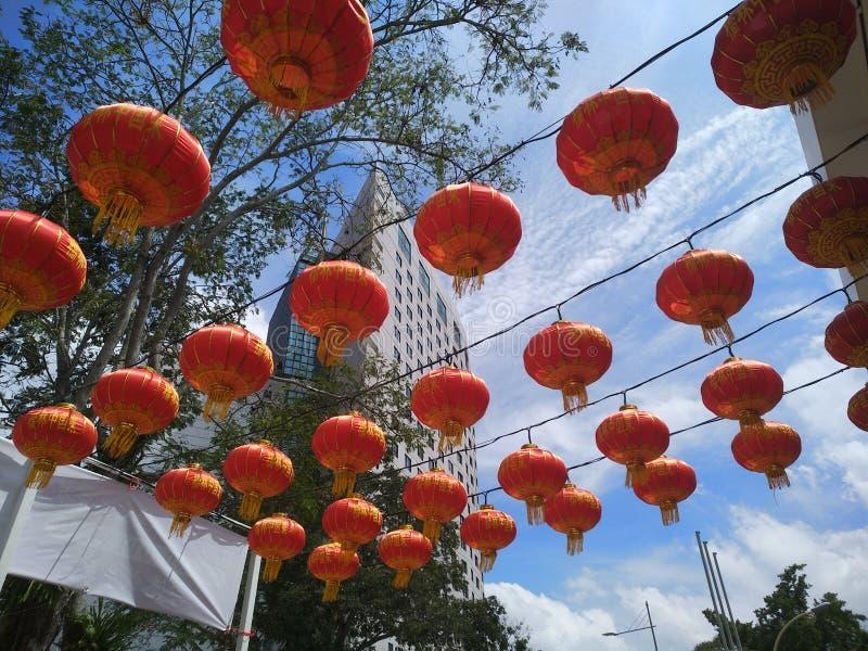 Rode lantaarn in de blauwe hemel stock fotografie