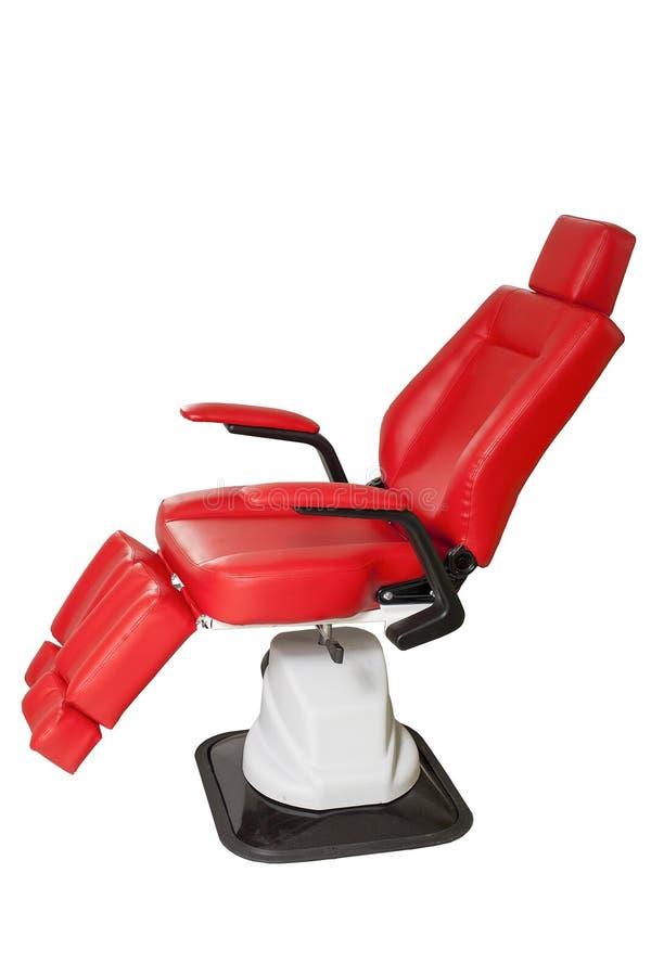 Rode leerstoel voor schoonheidssalon stock foto's