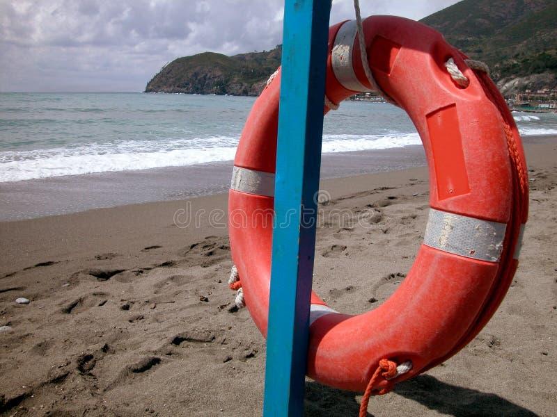 Rode lifebelt op het strand royalty-vrije stock foto's