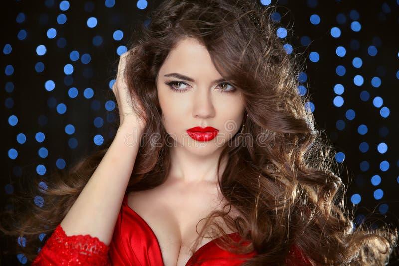 Rode Lippen Aantrekkelijk meisjesportret Golvend haar Mooie manier royalty-vrije stock foto