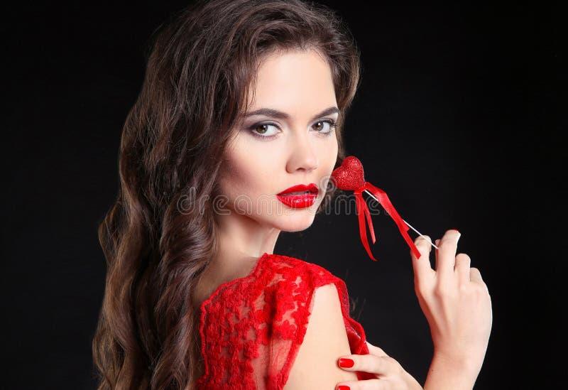 Rode Lippen De mooie donkerbruine van het de holdingshart van het meisjesportret gift FO royalty-vrije stock afbeeldingen