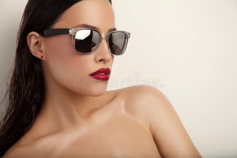 Rode lippen en zonnebril stock afbeelding