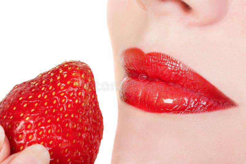 Rode lippen met aardbei stock afbeelding